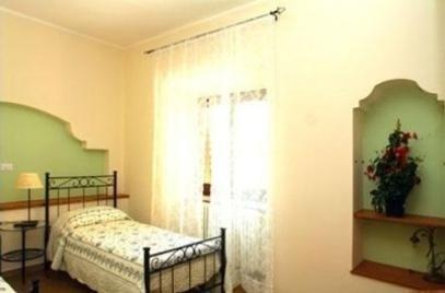 stanza con letto singolo