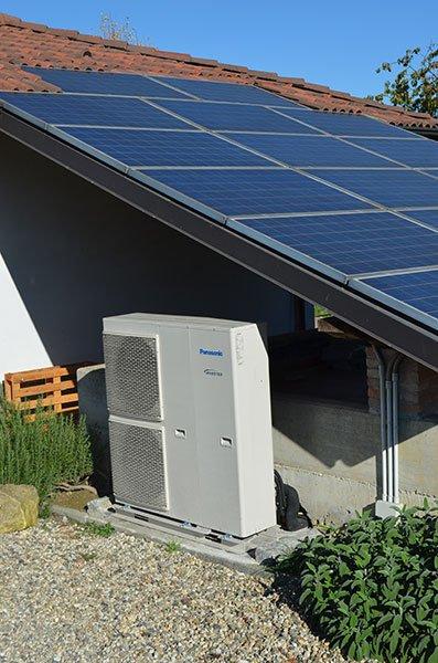Dei pannelli solari sopra un tetto