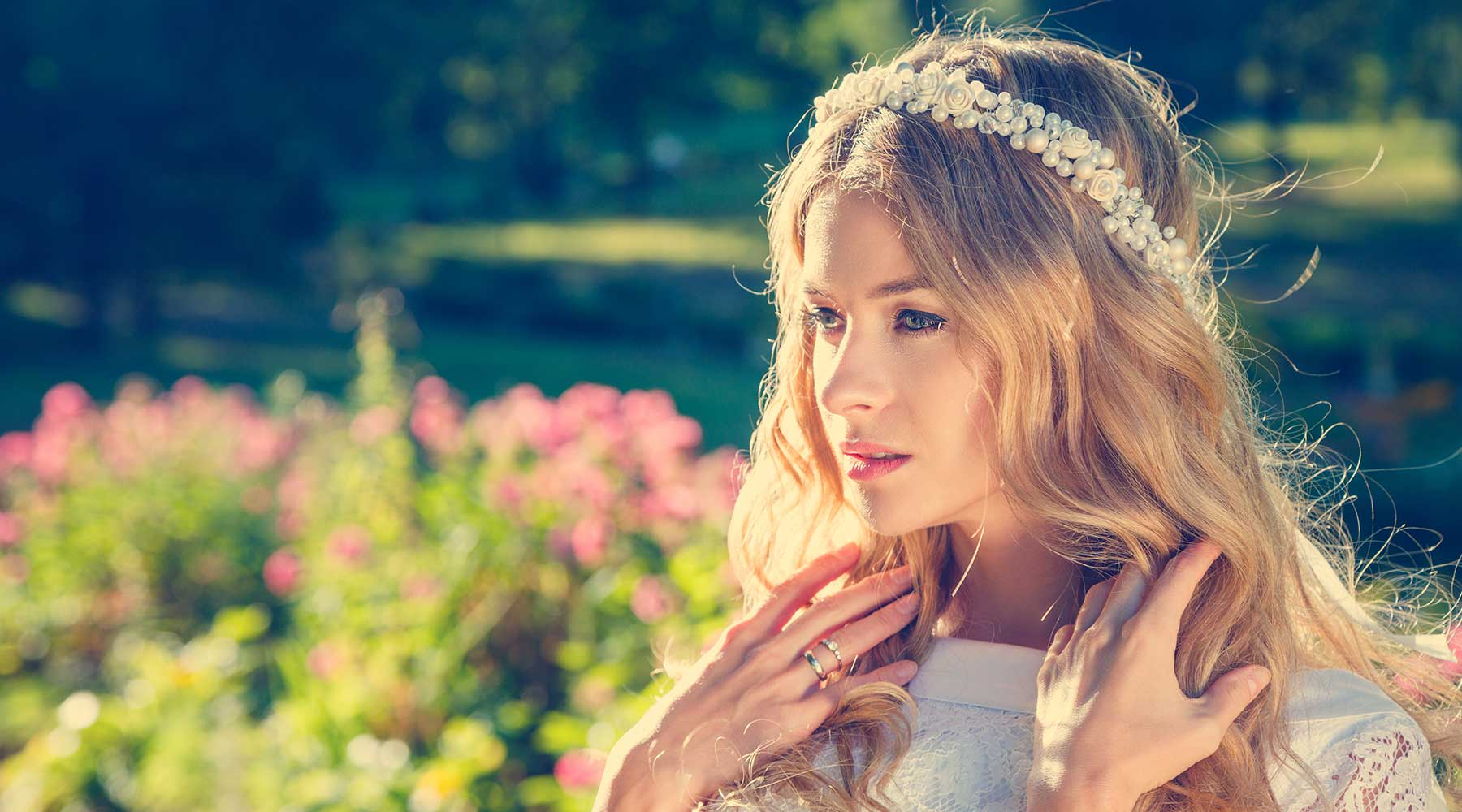 donna bionda con abito nuziale e in testa una tiara