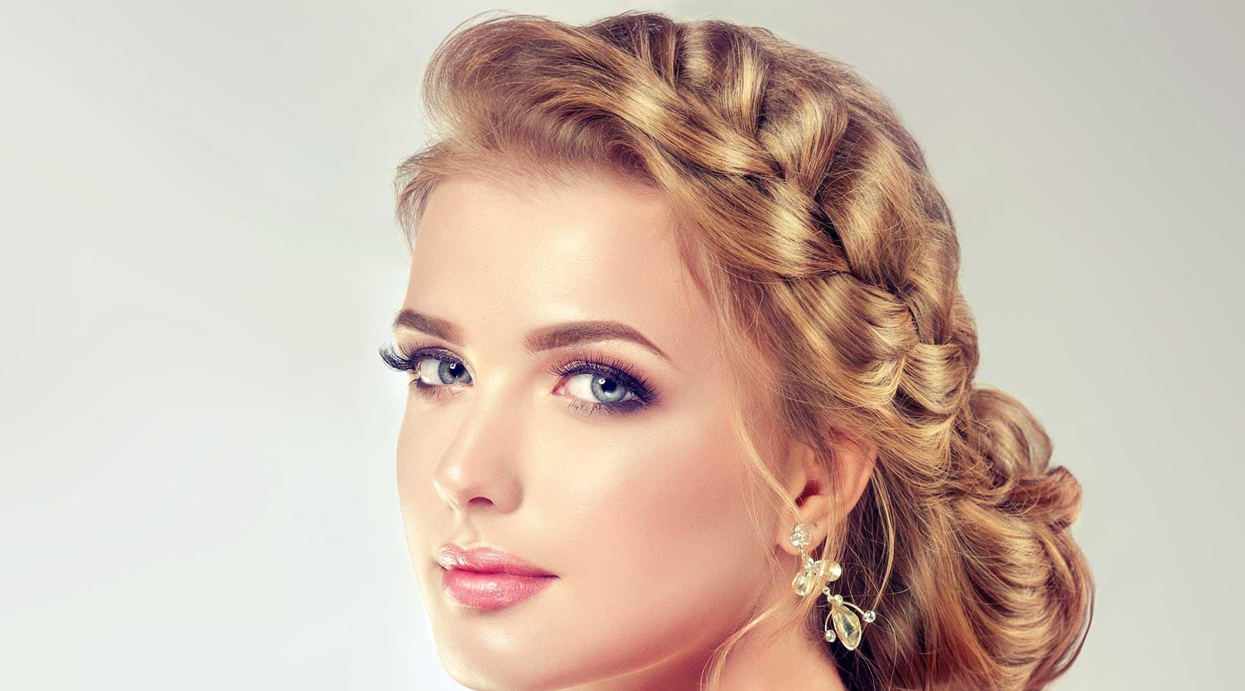 donna bionda con occhi azzurri e capelli in stile moderno