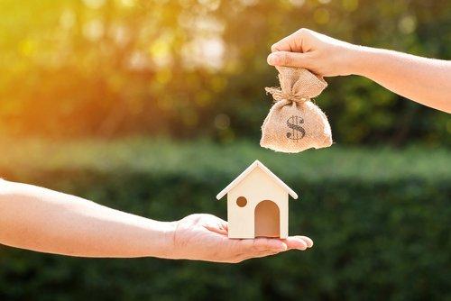 modellino di casa e sacchetto di soldi