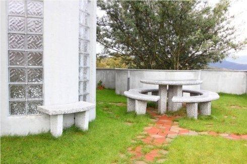 Tavoli e panchine per esterno e giardini