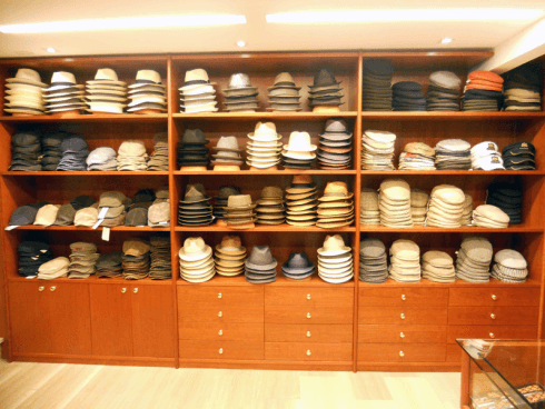 Il negozio Tiburli possiede pareti attrezzate ove si possono provare e scegliere cappelli sia da uomo sia da donna.