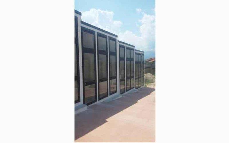 facciata di uno stabile con vetrate e strutture in PVC
