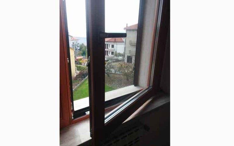 una finestra in legno aperta