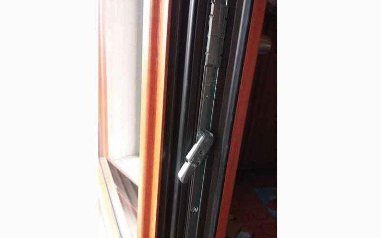 vista ravvicinata della serratura di una porta finestra