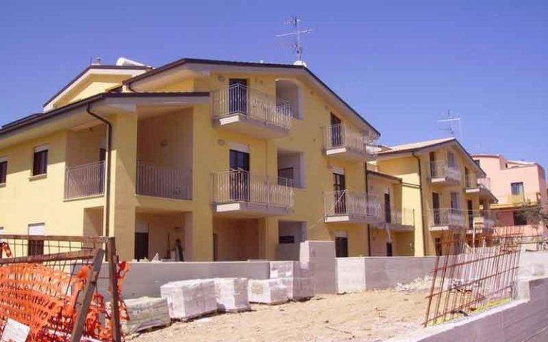 due stabili con dei balconi