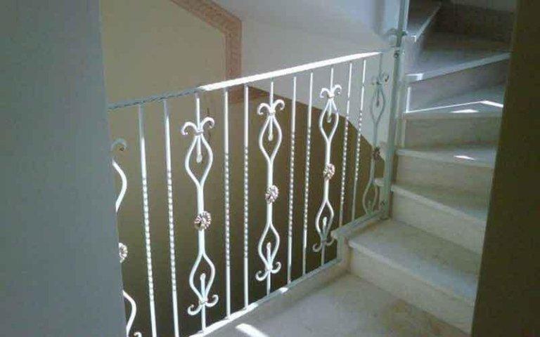 delle scale e una ringhiera in ferro