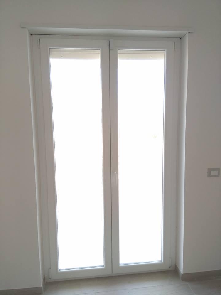 una porta finestra con due pannelli