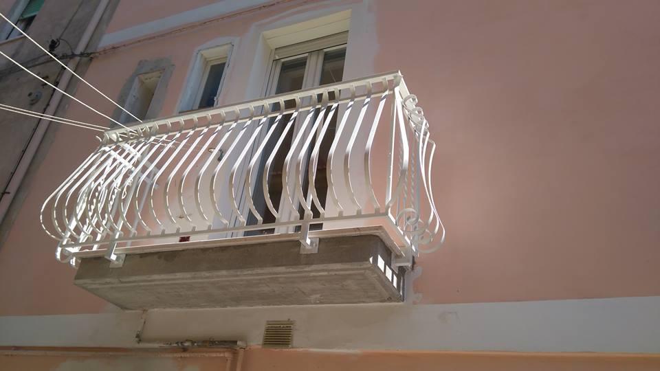 un balcone con ringhiera in metallo di color bianco