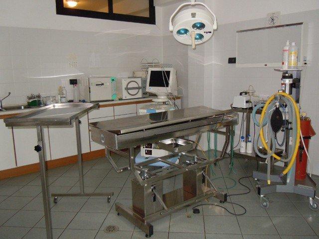 stanza attrezzata per interventi chirurgici