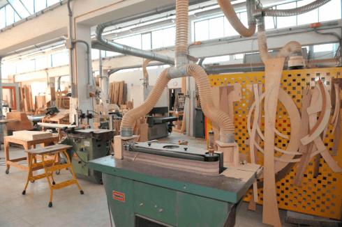 dei tubi beige di un macchinario e delle creazioni in legno