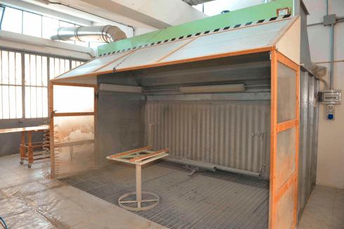 una struttura in legno con un container in metallo