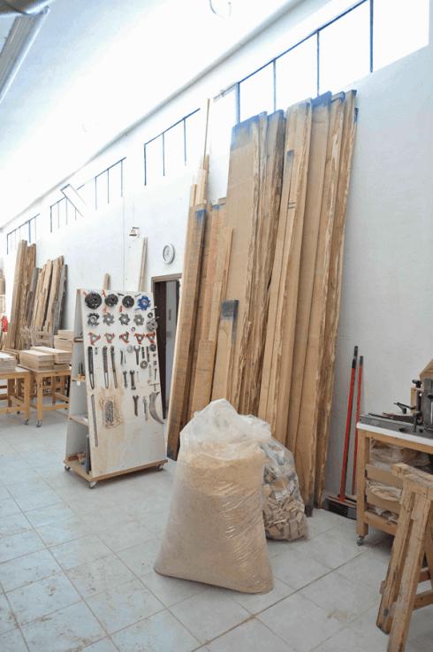 delle assi di legno e dei sacchi di materiale