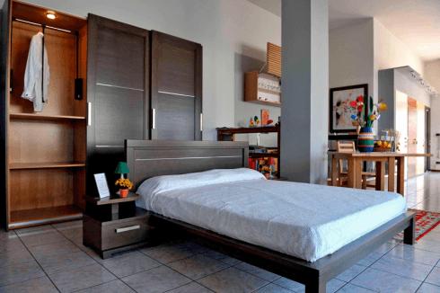 un letto e un guardaroba