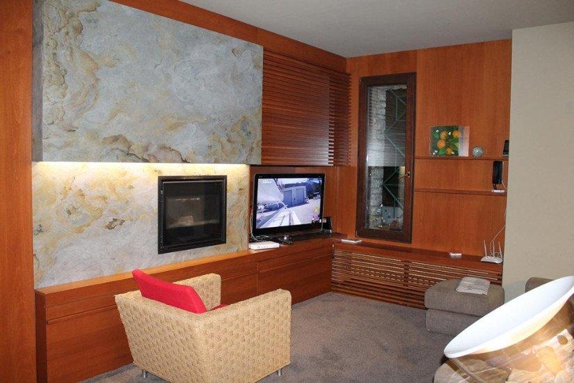 una sala con un mobile angolare e una tv