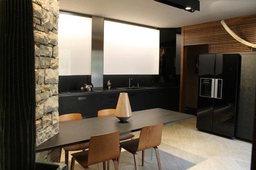 un tavolo con delle sedie in una cucina moderna