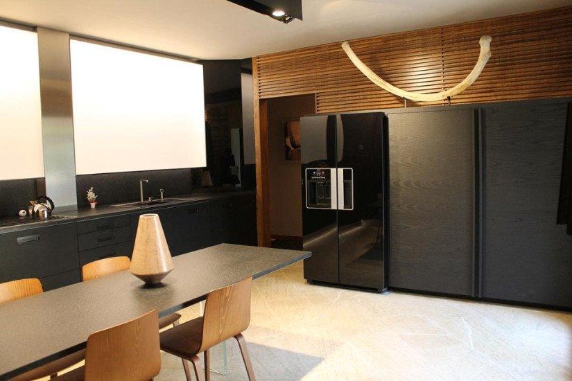 una cucina moderna con un tavolo e delle sedie