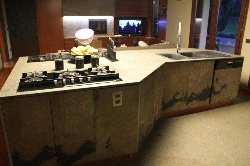 una penisola di una cucina con fornelli e lavandino