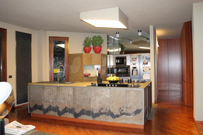 una cucina moderna con penisola