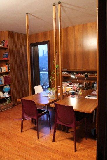 un ufficio con due scrivanie legno e delle sedie