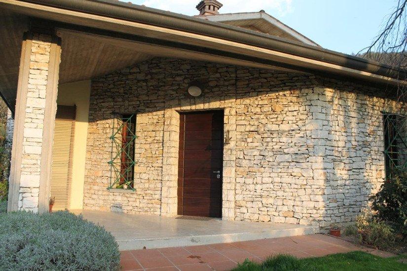 una villa in pietra con porta in legno