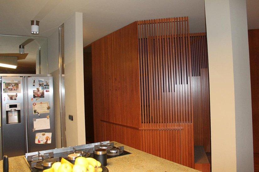 la penisola di una cucina e un mobile in legno marrone