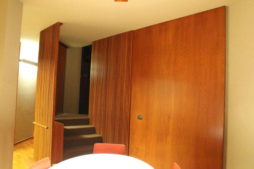 visto di un mobile in legno e dei gradini di una scala