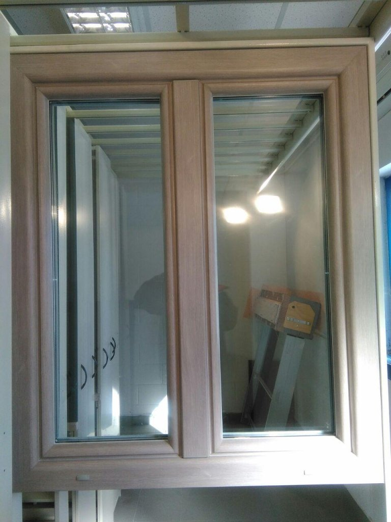finestre di PVC di colore rovere sbiancato