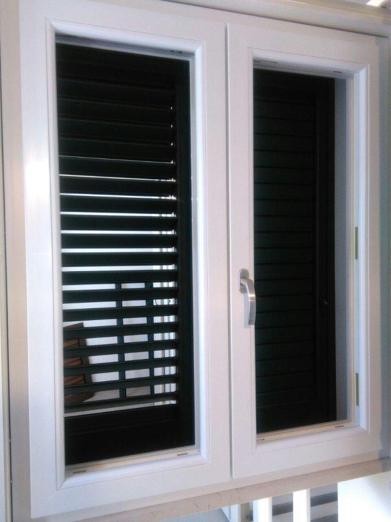 finestre di PVC di colore bianco