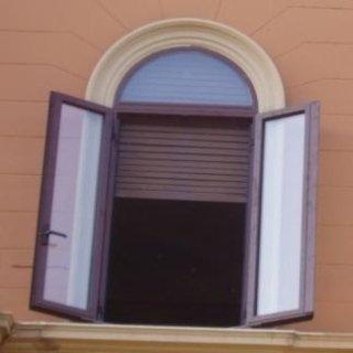 Finestra con telaio ad arco
