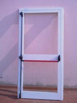 Porta in alluminio verniciato con maniglione antipanico marcato CE