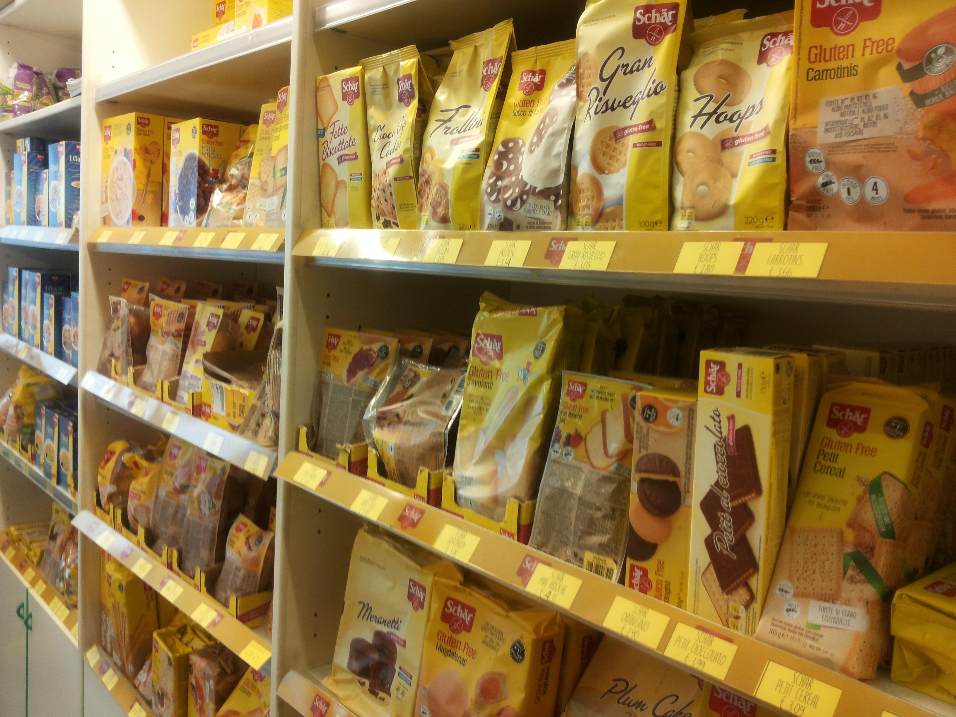 uno scaffale con dei prodotti gluten free