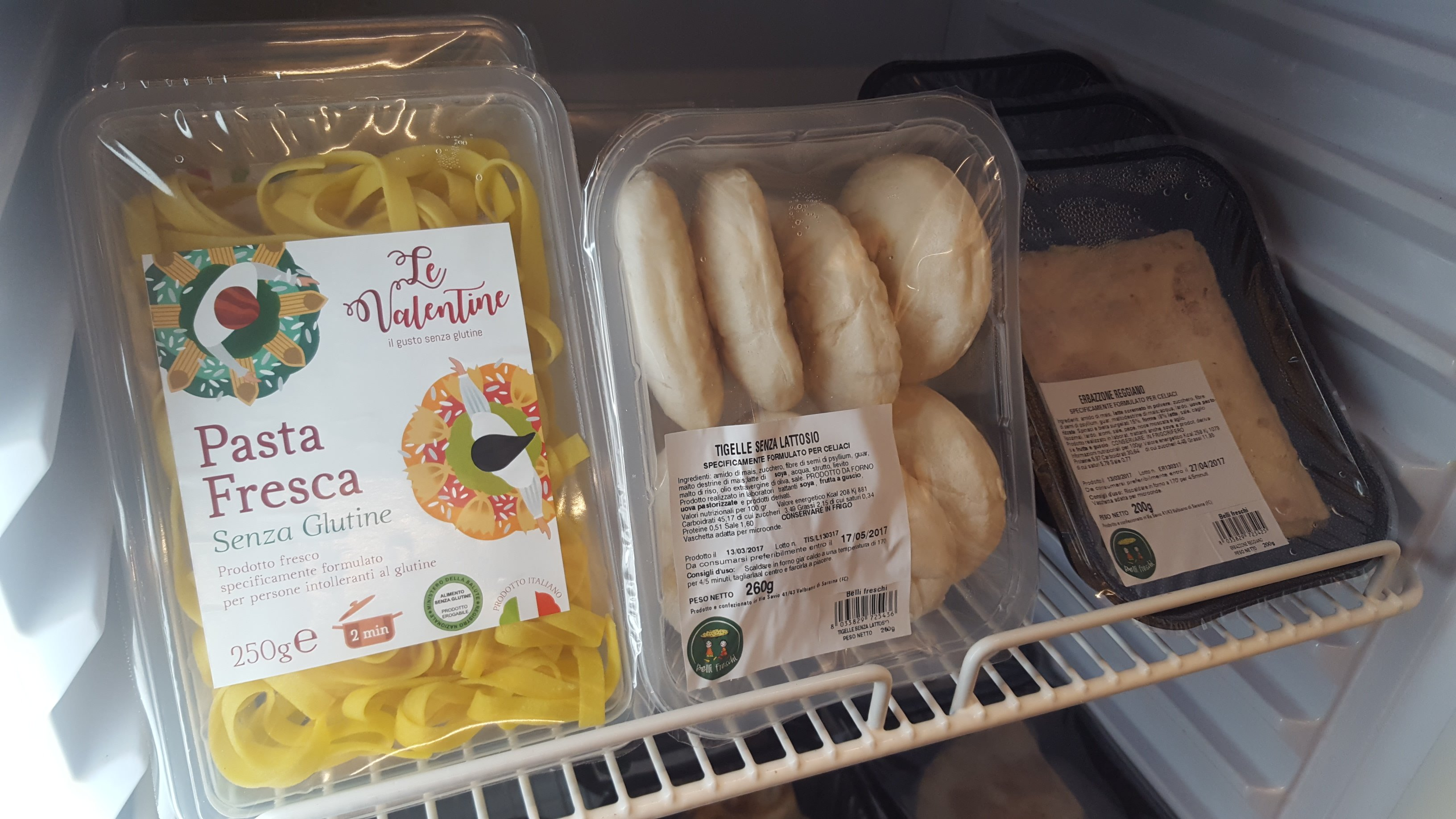 un mensola con pasta senza glutine e tigelle senza lattosio