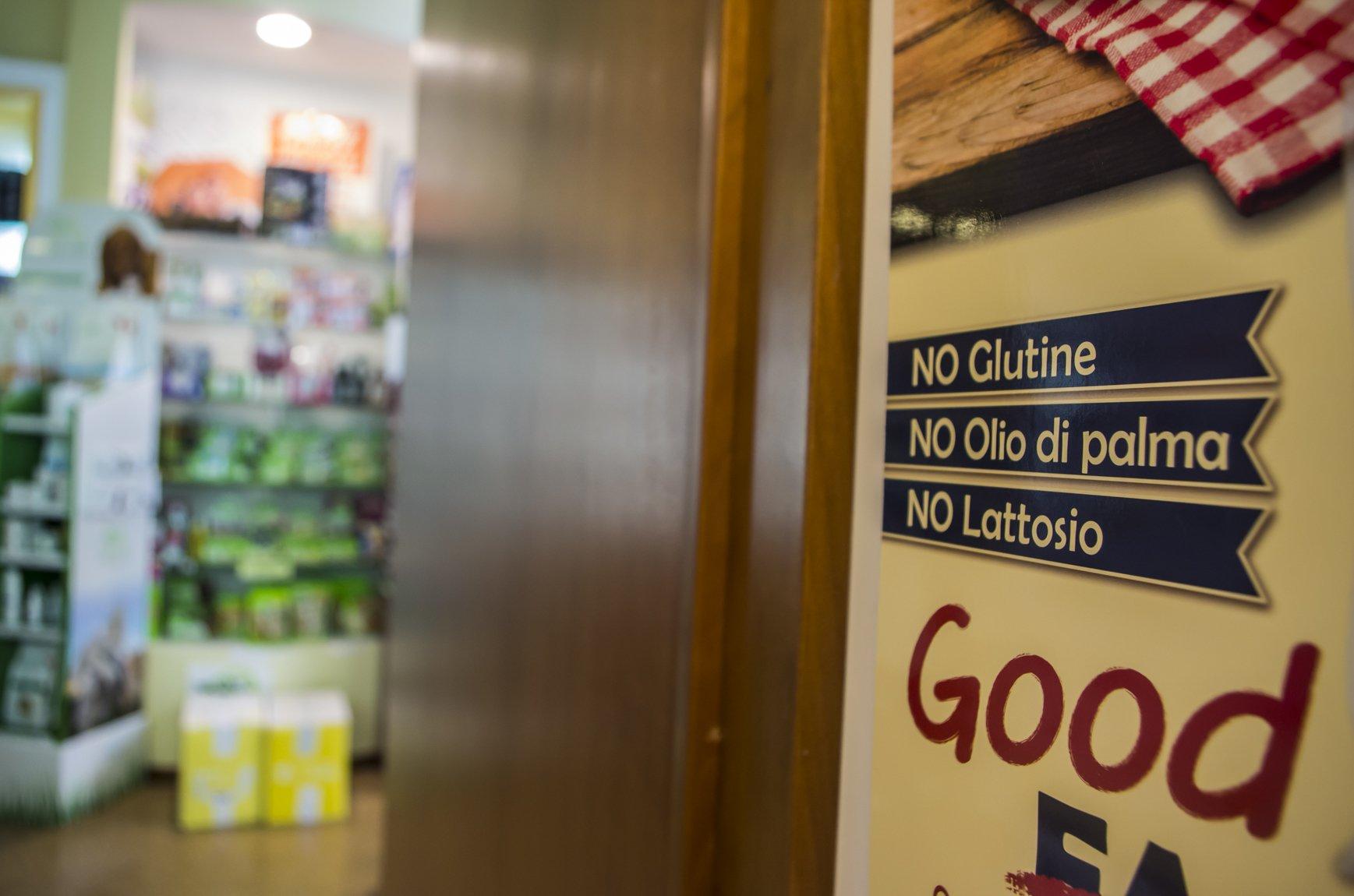 un cartello con scritto NO Glutine, No olio di palma e No lattosio