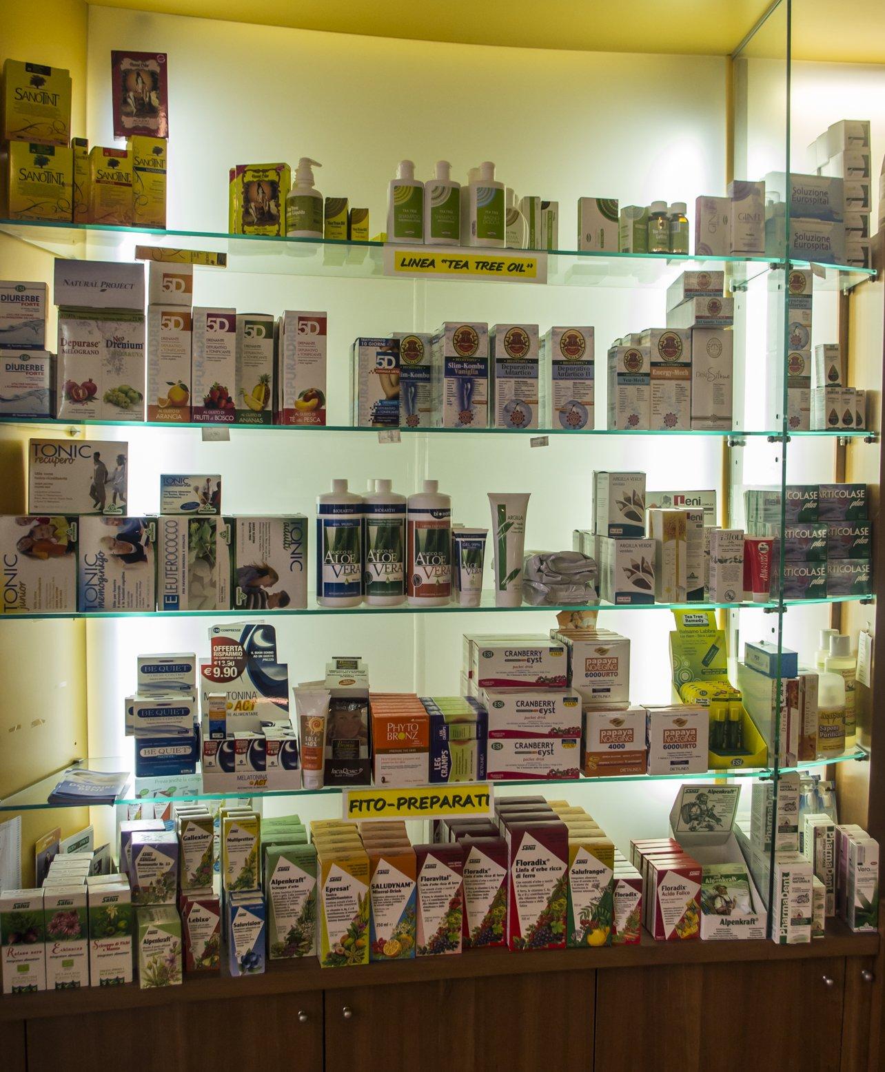 delle mensole con prodotti di Linea Tea Tree Oil e Fitopreparati