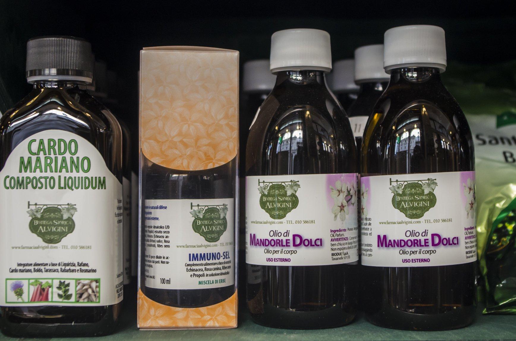 delle bottiglie di olio di mandorle dolci per il corpo