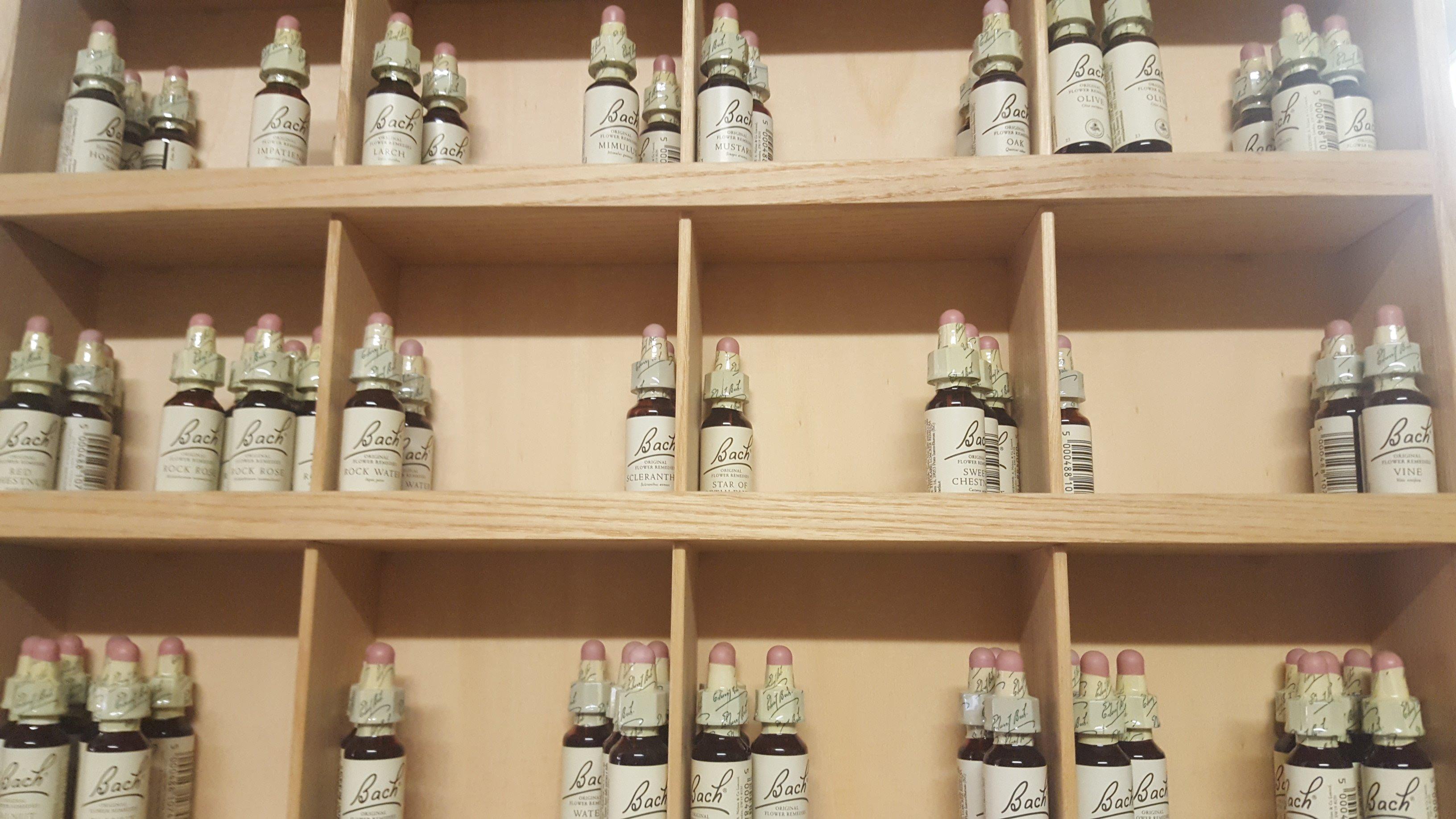 delle bottigliette di olio della marca Bach