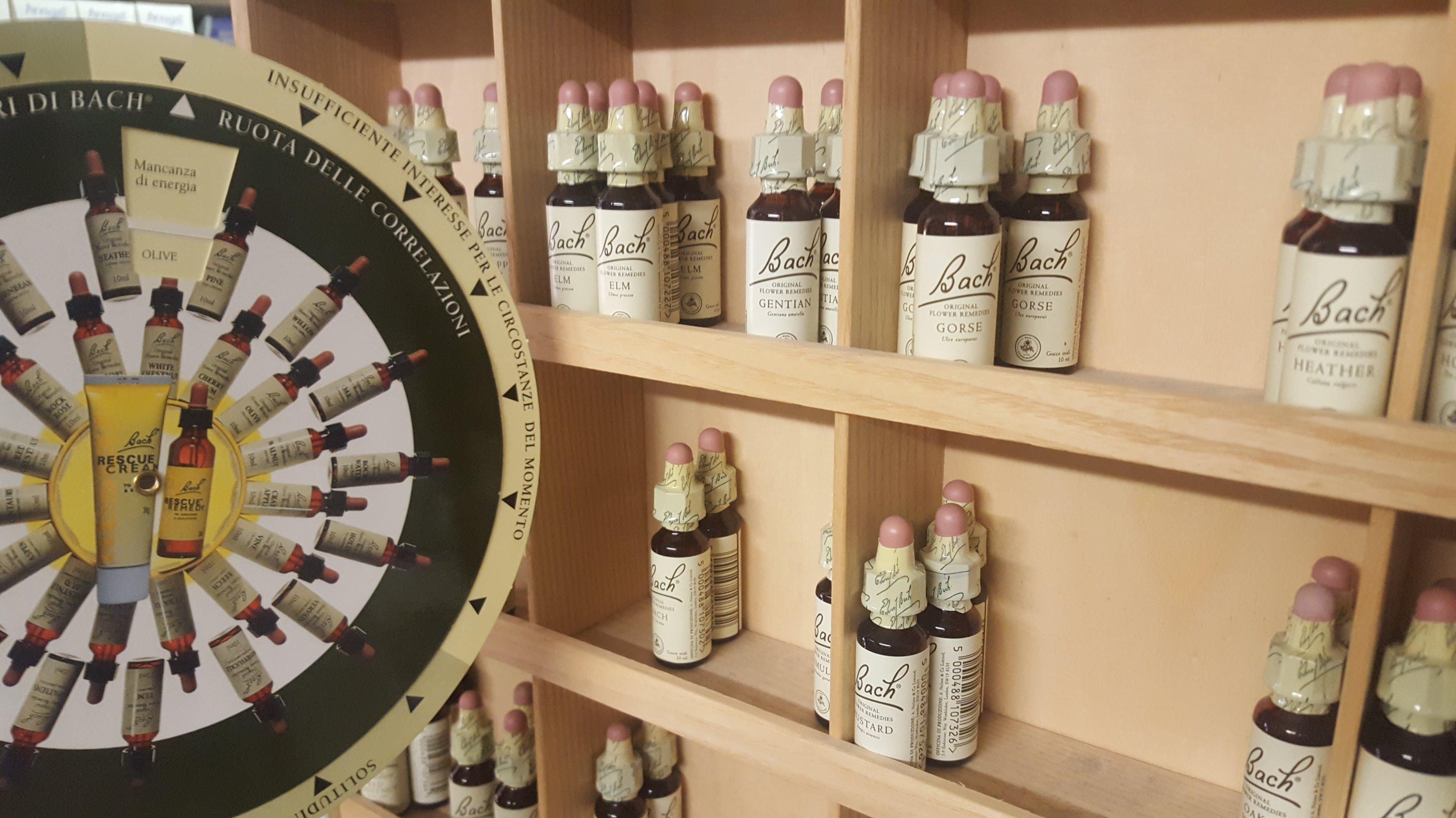 delle bottigliette di olio della marca Bach Original flower remedies