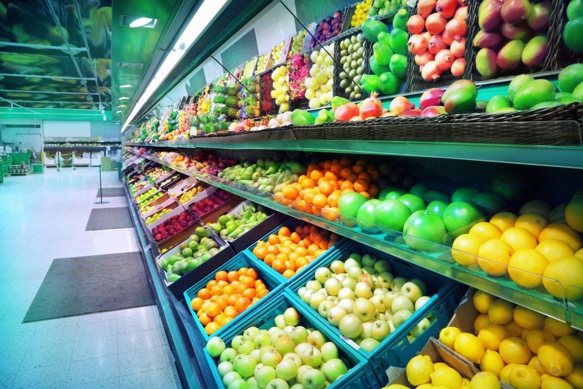 Scaffale piena di frutta e vegetali