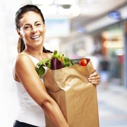 Donna di mezza età portando il suo pacchetto dell'acquisto