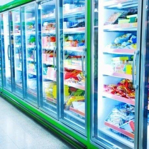 Vista dei congelatori pieni di prodotti a base di carne ,formaggio, verdura..tutto congelato
