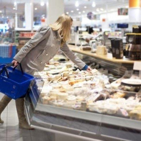 Donna scegliendo i suoi formaggi