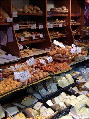 La vetrina dei formaggi giusto sotto gli scaffali di panetteria