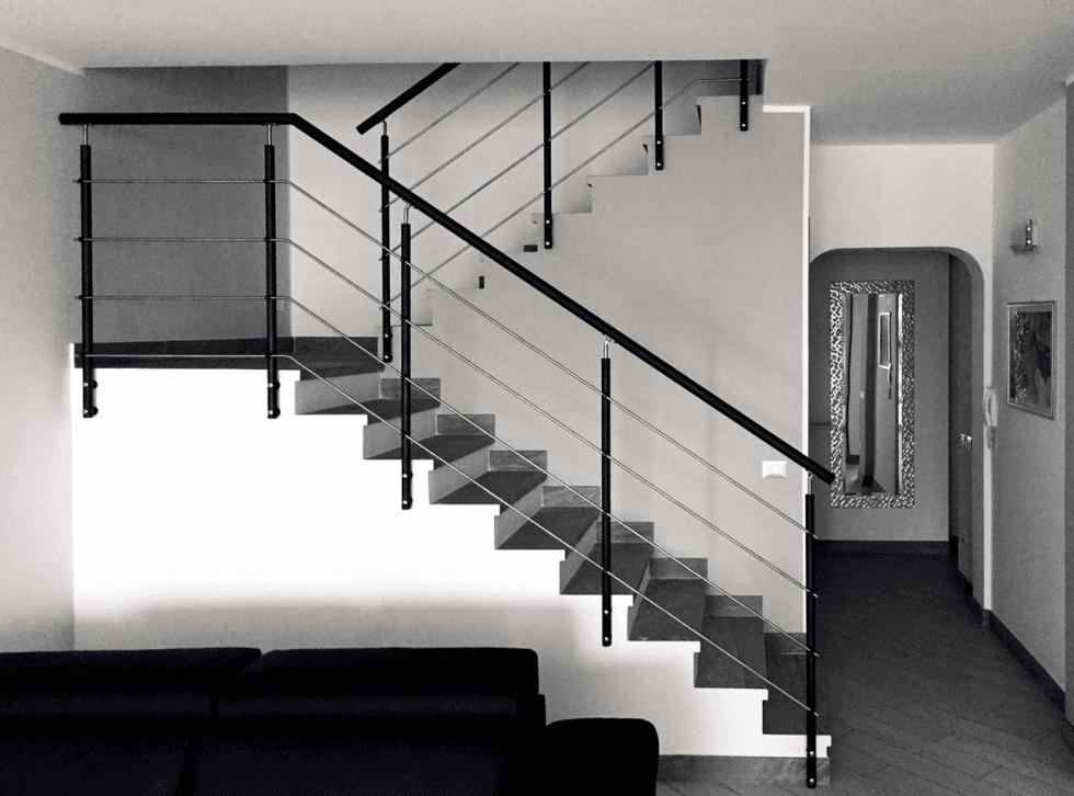 Ringhiera su scala in muratura con capiscala  in acciaio verniciato nero goffrato  e  tubolari  orizzontali in acciaio inox