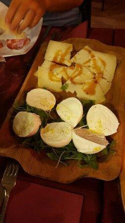 un tagliere con mozzarella e pancetta