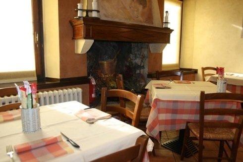 i tavoli e le sedie della pizzeria