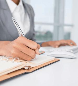 Consulente compila un documento