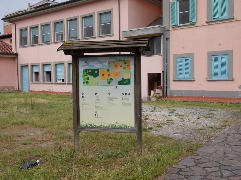 un cartello con la piantina di un posto