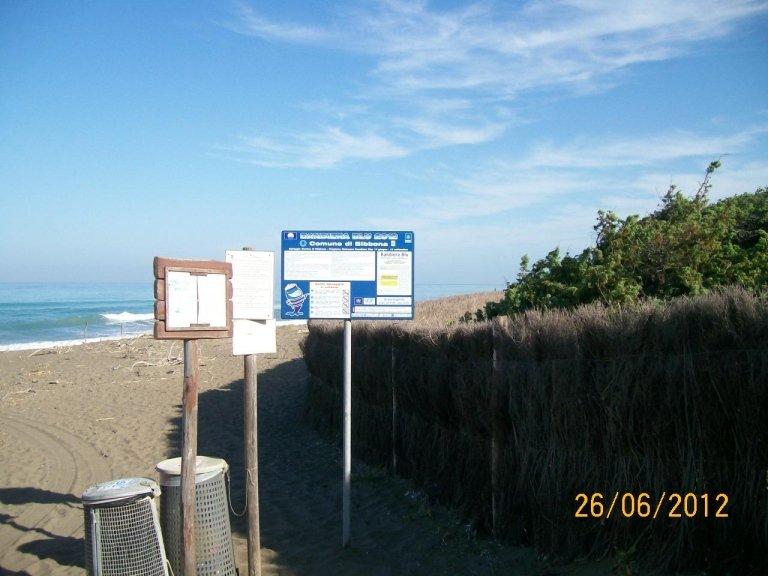 dei cartelli sulla spiaggia del Comune di Bibbione